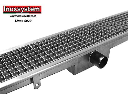 Caniveaux à grille standard avec siphon sol rectangulaire surbaissé et panier amovible.